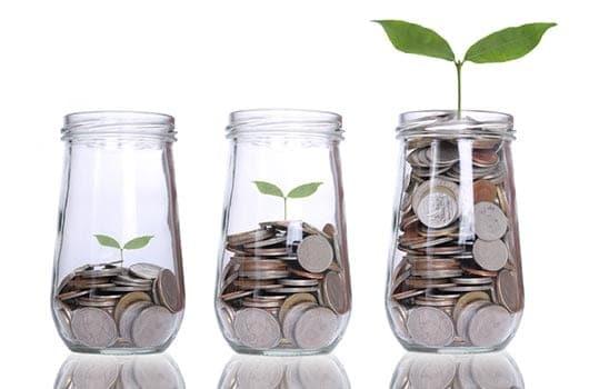 3 potes de vidro com diferentes quantidades de moedas