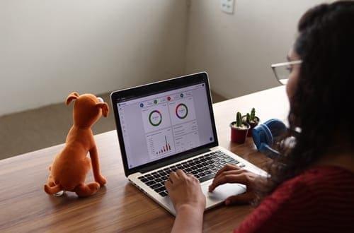 menina no notebook usando o aplicativo Mobills
