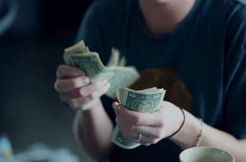 pessoa contando dinheiro na mão