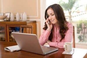 Mulher trabalhando home office representando o tema como ganhar dinheiro em casa