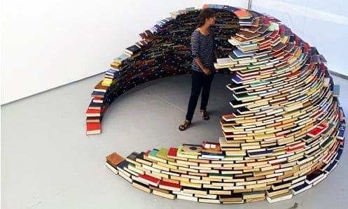 Mulher cercada por pilhas de livros