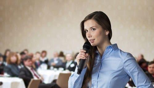 Mulher falando em uma conferência