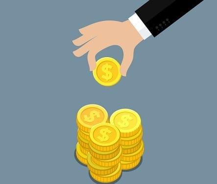 Desenho de uma mão empilhando moedas - Onde investir 1.000 reais