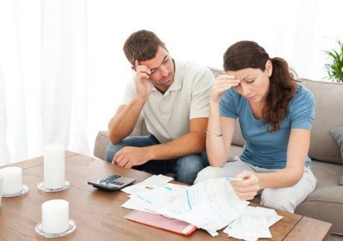 Casal preocupado sobre como organizar suas contas