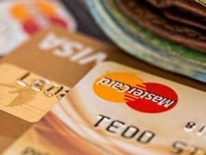 Imagem de dois cartões de crédito, representando nosso conteúdo sobre como aumentar o limite do cartão
