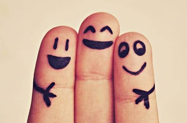 Dedos pintados com carinhas felizes simbolizando menos estresse