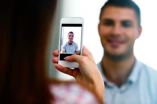 Rapaz gravando vídeo para seu pai