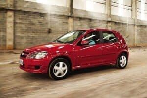 Foto de um Celta vermelho, um dos carros com menor custo de manutenção do Brasil