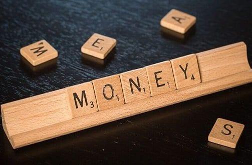"""Palavra """"money"""" em peças simbolizando o tema ganhar um dinheiro extra"""