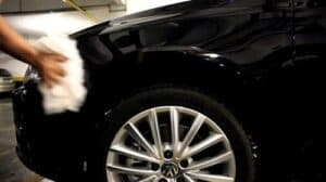 Homem polindo carro simbolizando dicas para vender seu carro usado