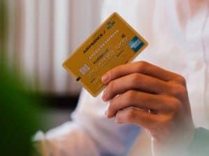 Imagem de uma pessoa segurando um cartão de crédito em suas mãos, simbolizando o conteúdo sobre limite de crédito reduzido