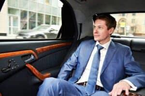 Foto de um milionário dentro de um carro simbolizando o tema Características dos milionários