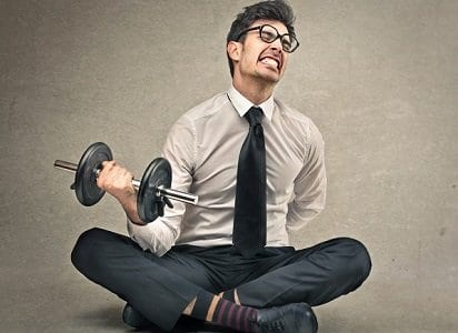 Homem engravatado levantando um peso