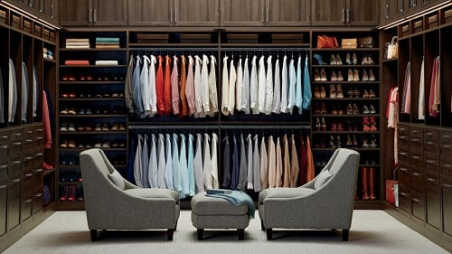 Closet com vários modelos de roupas