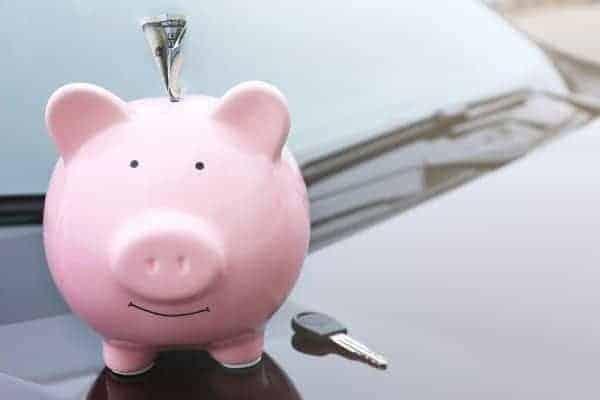 Chave de carro e cofrinho simbolizando o tema Refinanciamento de veículos