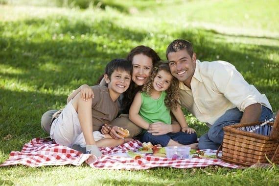 Família reunida em um piquenique no parque