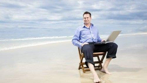 Homem sentado na praia simbolizando o tema Se tornar um milionário
