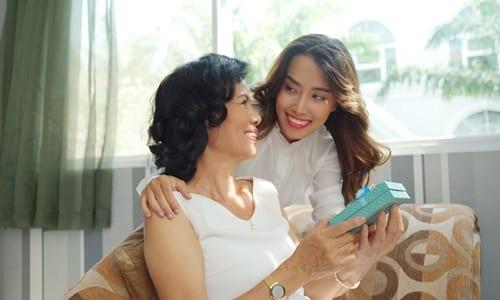 mulher dando a outra mulher um presente