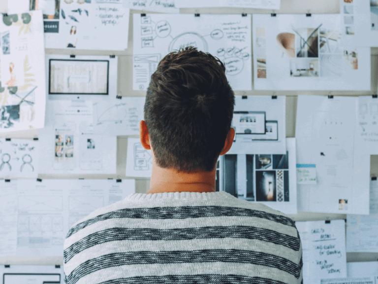 Imagem de um jovem empreendedor estudando as melhores ideias no exterior