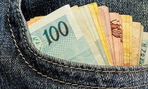 Cédulas de dinheiro em um bolso representando o dinheiro das contas inativas do FGTS