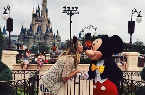 meninas beijando o mickey na disney