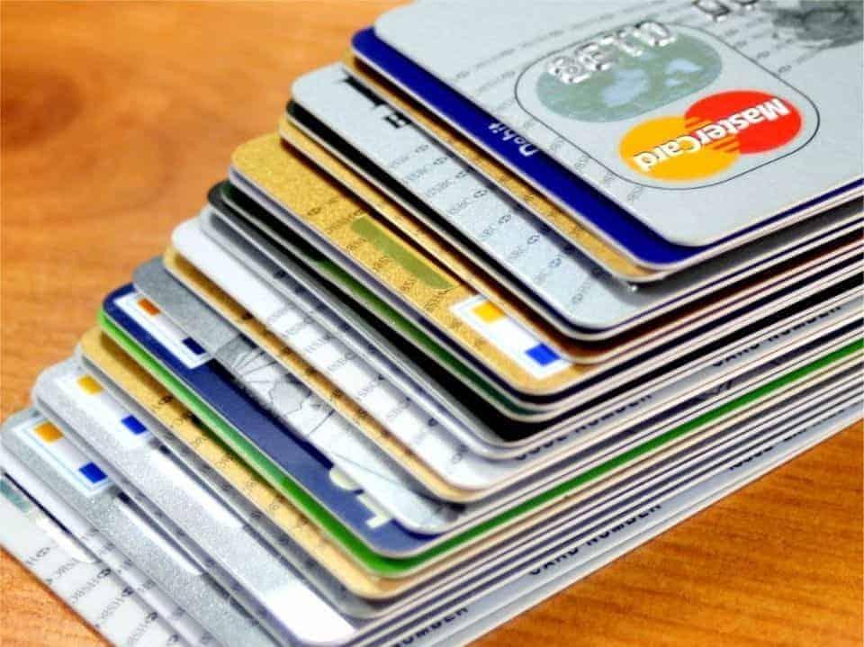 Foto de pilha de cartões simbolizando o tema controle de cartão de crédito