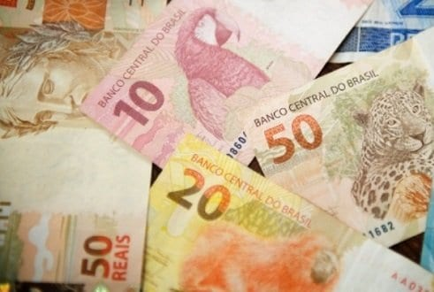 Cédulas de 10, 20 e 50 reais simbolizando o tema Perguntas sobre dinheiro