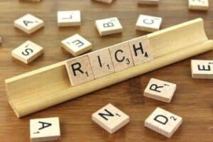 Rich - Palavra rico em inglês, simbolizando o tema pague-se primeiro