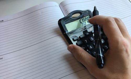 pessoa utilizando uma calculadora