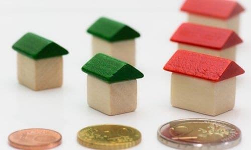 mini casas e moedas simbolizando alugueis
