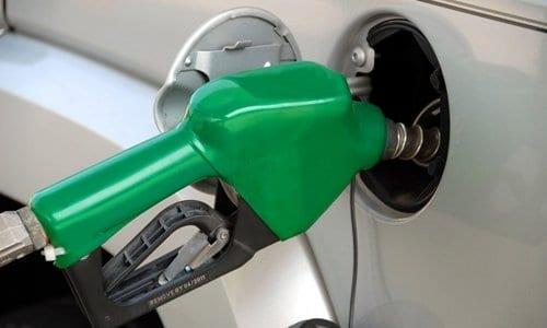 bomba de combustível abastecendo um carro, representando o conteúdo sobre despesas mensais