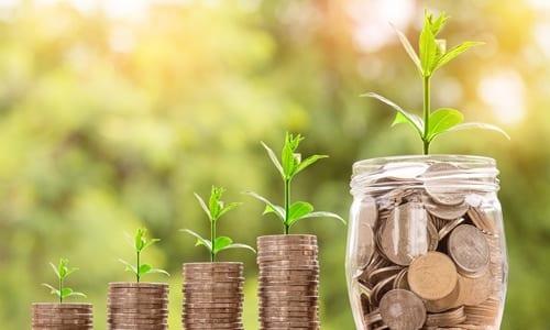 pilhas crescentes de moedas simbolizando investimentos