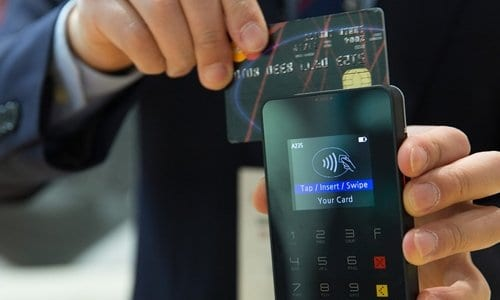 pessoa passando o cartão de crédito