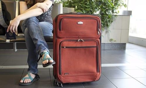mulher com uma mala no aeroporto