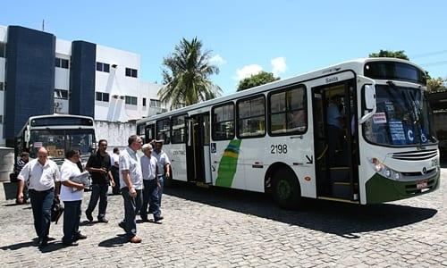 pessoas esperando o ônibus, representando o conteúdo sobre despesas mensais