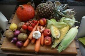 Frutas e verduras simbolizando o tema Como manter uma alimentação saudável gastando pouco