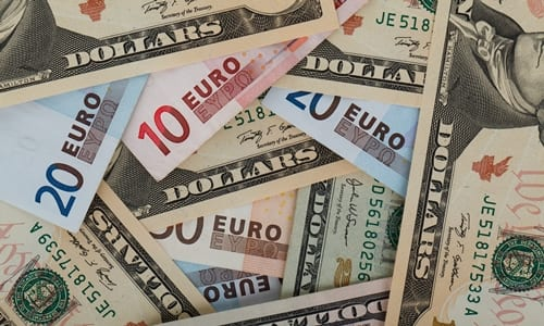 câmbio de dinheiro: troca entre dólar e euro