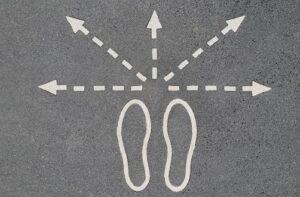 Pegadas e várias setas simbolizando o tema Diferença entre desejo e necessidade