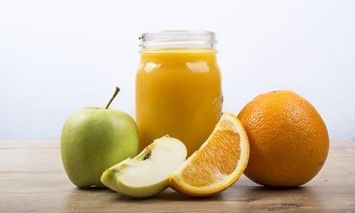 suco natural em cima da mesa
