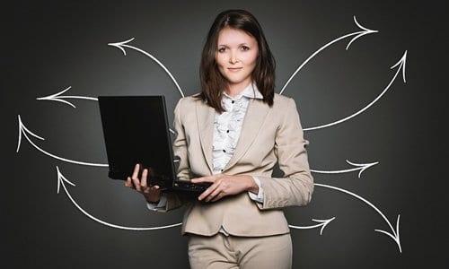 mulher pesquisando sobre possibilidades de como montar um pequeno negócio