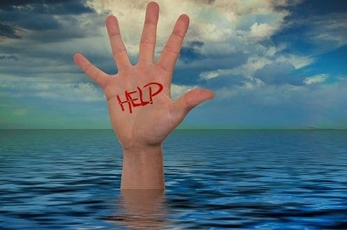 Mão com 'help' na água simbolizando o tema Formas de economizar água