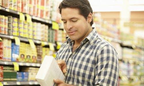 pessoa lendo o rótulo do alimento