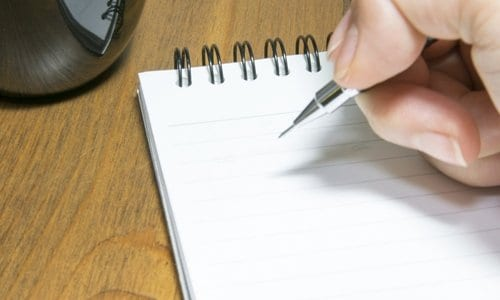 pessoa fazendo uma lista de compras
