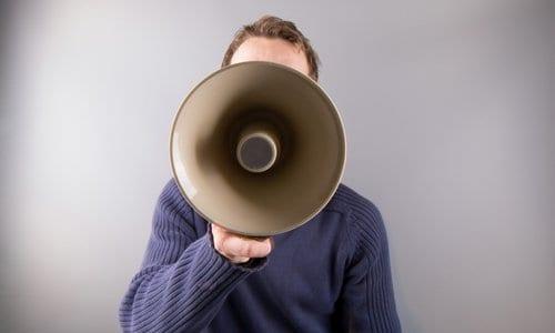 pessoa com um megafone