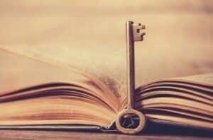 Chave e livro simbolizando o livro Resenha Os Segredos da mente milionária