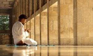 homem rezando em uma mesquita