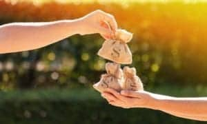 pessoa emprestando dinheiro para outra