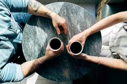 casal tomando café e conversando sobre a força do hábito