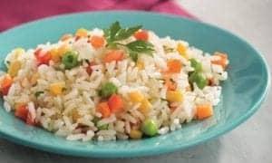 arroz colorido em uma tigela
