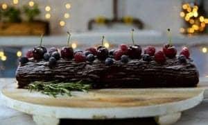 bolo Bûche de Noël servido em cima de uma tábua
